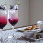 休日のブランチを華やかに飾る ローズマリーとブルーベリーのモクテル