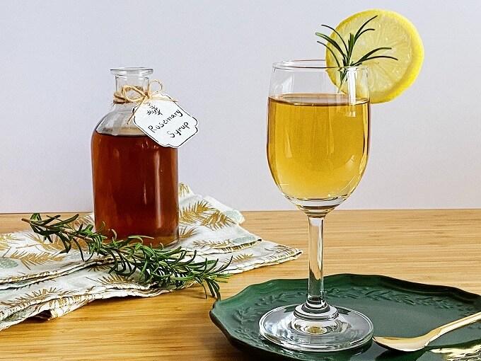 黄金比】ローズマリーシロップ基本の作り方|アレンジレシピ・コーディアルドリンクのレシピつき