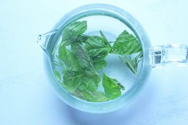 フレッシュハーブで作るティーブレンド レシピ:摘みたての香りを楽しむ