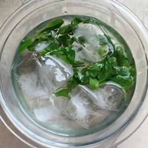 お湯から取り出し氷水で冷やす